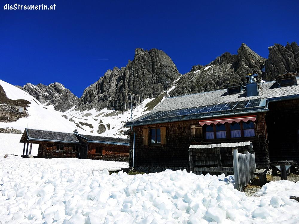 Hermann-von-Barth-Hütte umgeben von kantigen Bergen