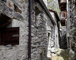 Norditalien – antiker Ort Savogno und glitzernder Wasserfall Fraggia